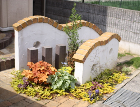 アプローチのミニ花壇